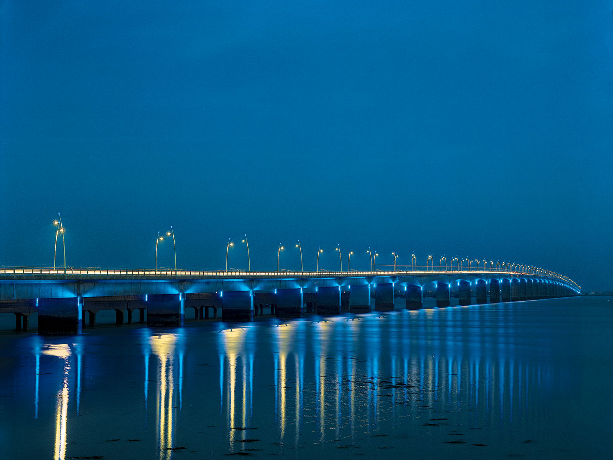 Hestia LED luminaires create a mesmerising experience for people driving across Oleron Bridge